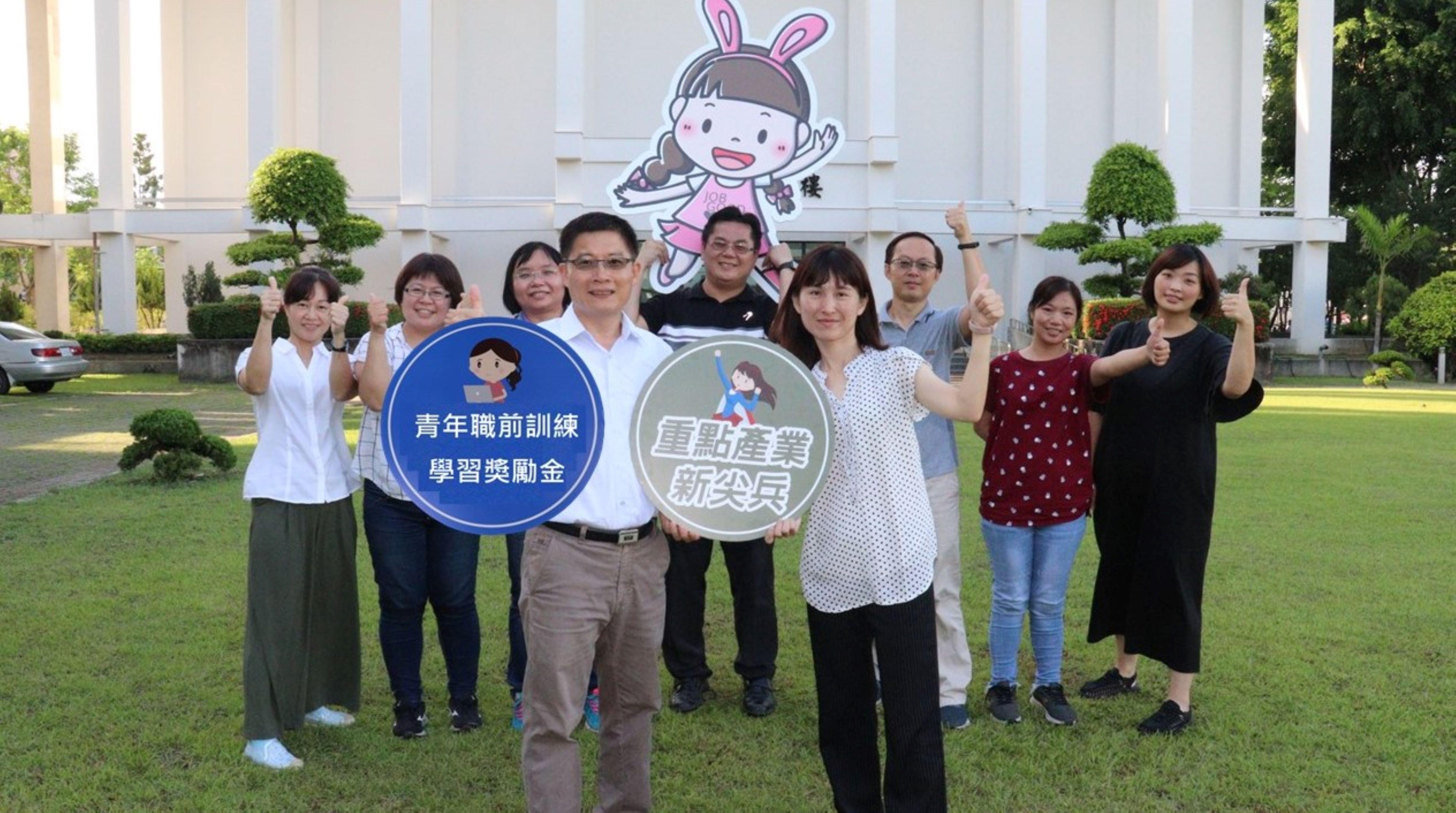 ▲1雲嘉南分署長劉邦棟(前左)邀青年參加職前訓練領獎勵金