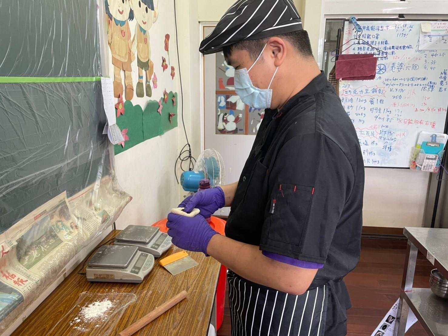 ▲圖2.「南投縣草屯鎮的御史社區發展協會」在中分署多元就業開發方案的輔導下,推出純手工製作的蛋黃酥。
