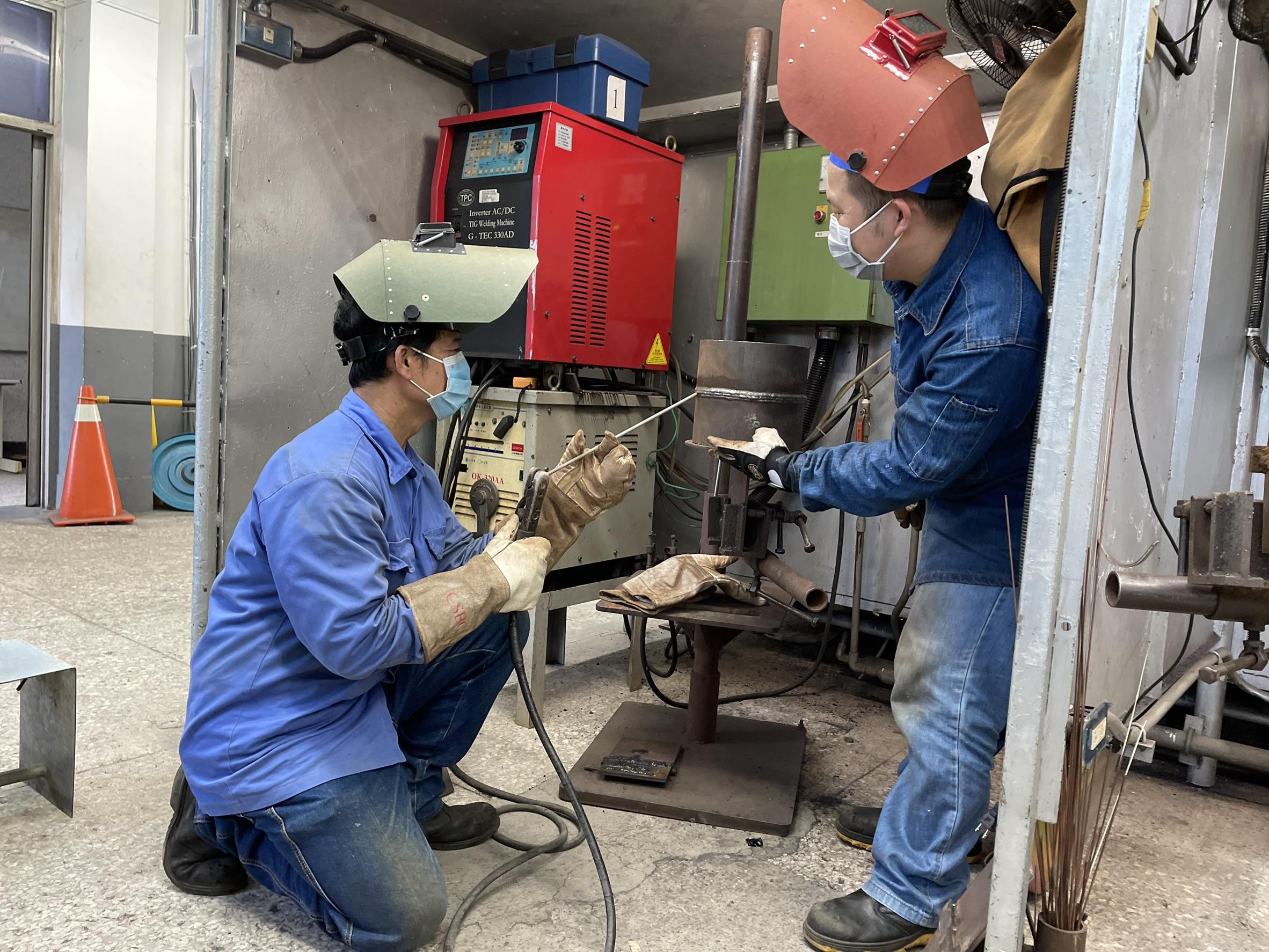▲高屏澎東分署訓練師指導蔡姓學員實際操作碳鋼垂直管對接銲接