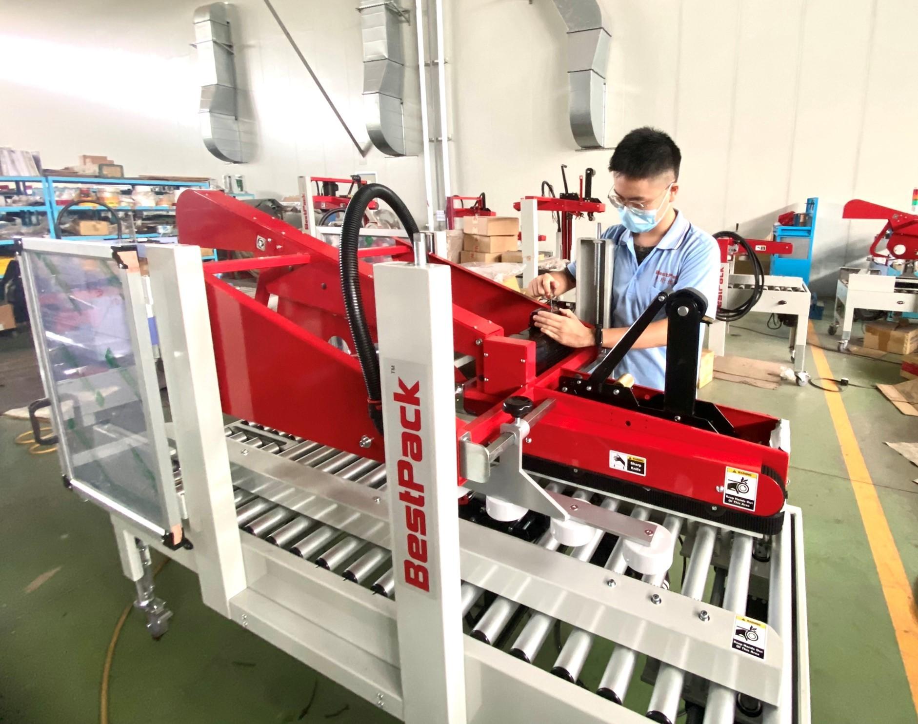 ▲參與天珩機械訓練的雙軌訓練生,透過職場訓練習得機械專業技能。(資料照片)