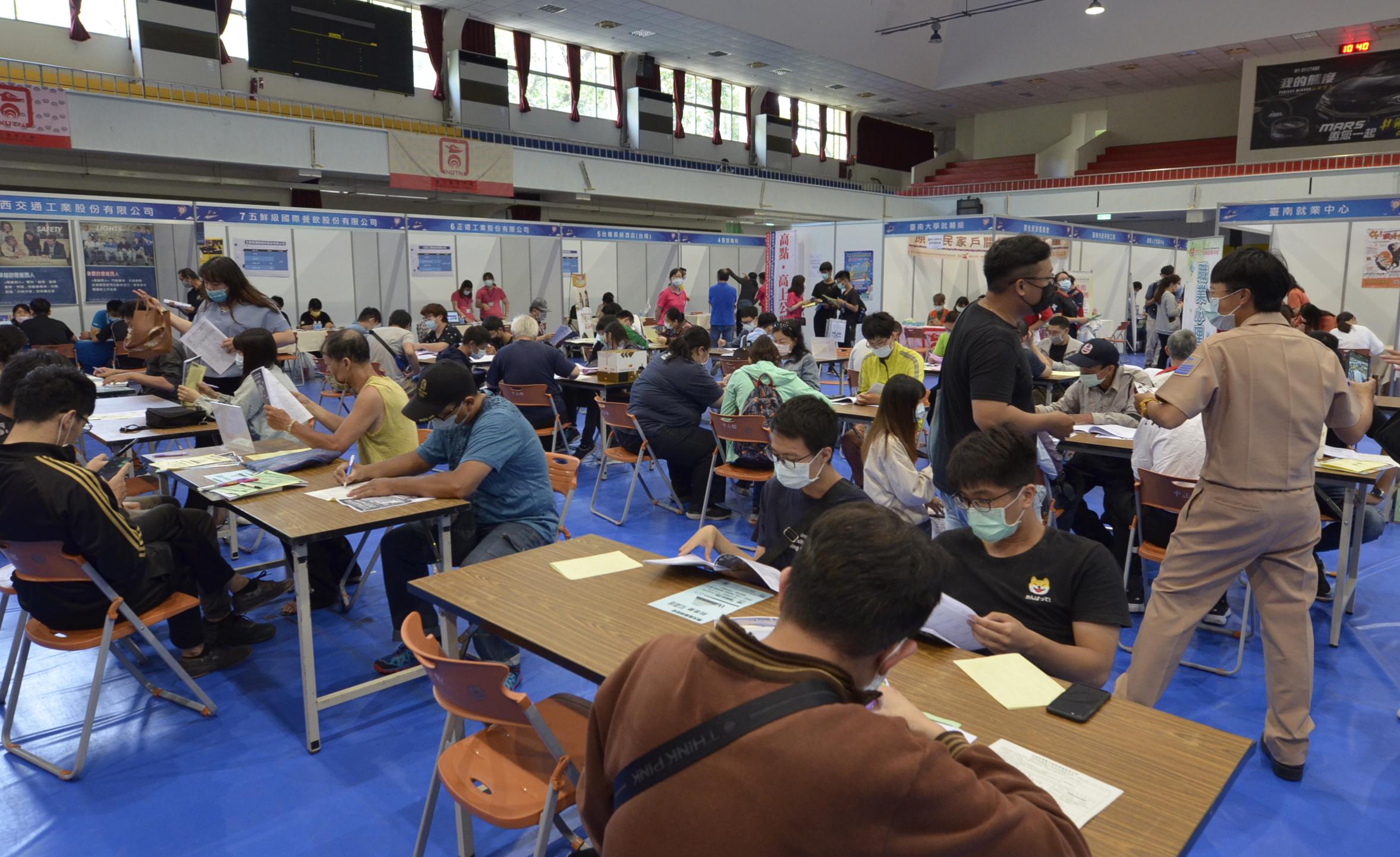 臺南就業中心舉辦大型徵才活動,吸引不少民眾尋職卡位。