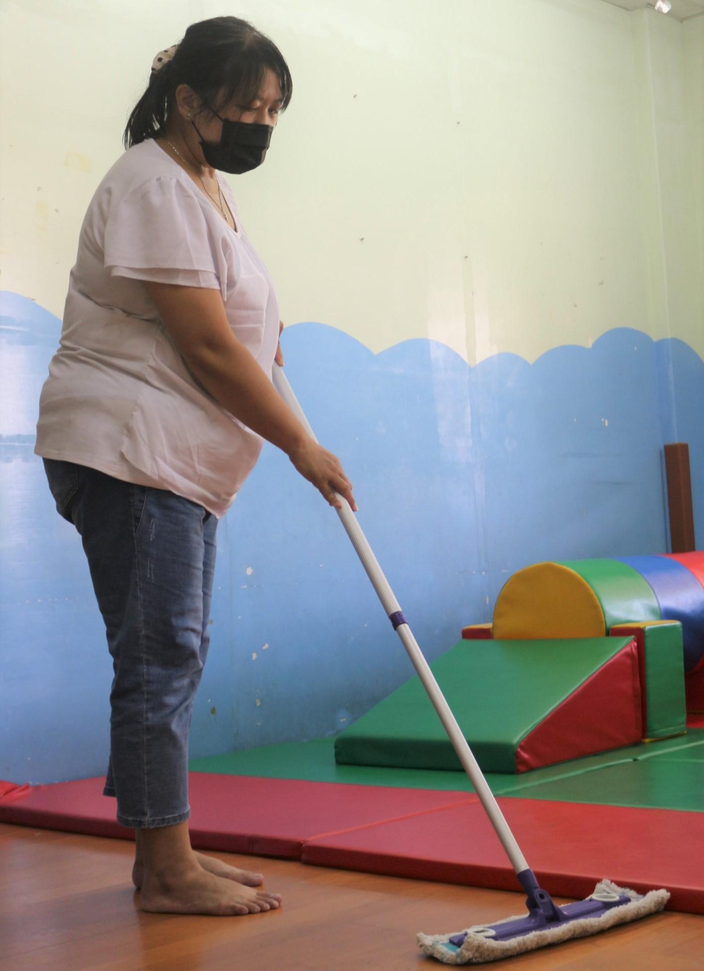 ▲阿秀(化名)說,雖然每天都要打掃清潔教室,但能讓小朋友有乾淨衛生的上課環境,就覺得付出是有價值的。